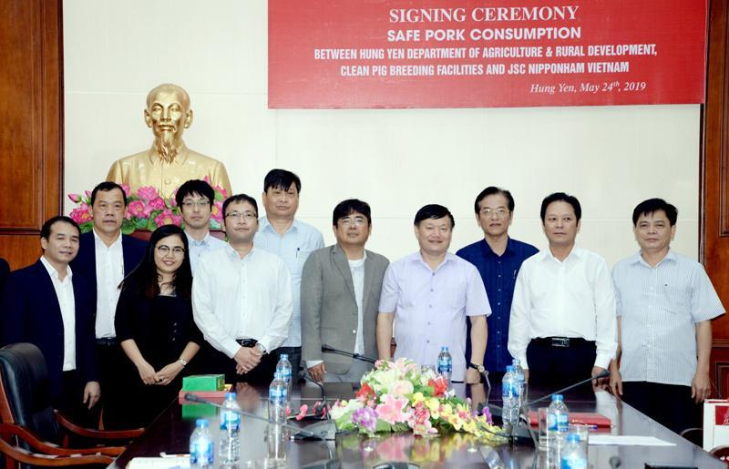 Mr. Nguyen Van Phong, Chairman of the Provincial People's Committee and delegates at the signing ceremony